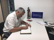 Rafael Homet, Diputat delegat d'Educació de la Diputació de Barcelona, pregoner de la Festa Major 2018, signant al Llibre d'honor de l'Ajuntament de Castellnou